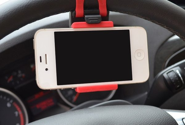autos kormanykerekre helyezheto telefontarto 2 600x405 - Kormánykerékre helyezhető telefontartó